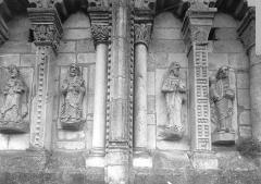 Eglise priorale Sainte-Croix - Tour centrale, côté est : personnages sous les arcatures