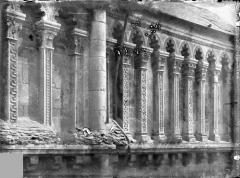 Eglise priorale Sainte-Croix - Façade sud : galerie haute de l'ancienne nef, place Sainte-Croix