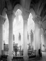 Eglise priorale Sainte-Croix - Vue intérieure du déambulatoire, vers le nord-ouest