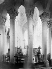 Eglise priorale Sainte-Croix - Vue intérieure du déambulatoire, vers l'ouest