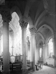 Eglise priorale Sainte-Croix - Vue intérieure du déambulatoire, côté nord