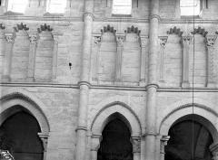 Eglise priorale Sainte-Croix - Vue intérieure du choeur, côté nord : triforium
