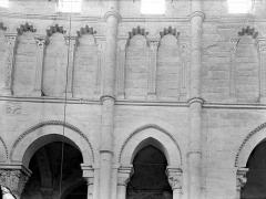 Eglise priorale Sainte-Croix - Vue intérieure du choeur, côté sud : triforium