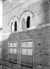Maison du 13e siècle, dite aussi Maison de la Taverne - Façade sur rue : Fenêtres des 1er et 2ème étages