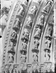 Cathédrale Saint-Pierre - Portail sud de la façade ouest : Voussures, côté gauche