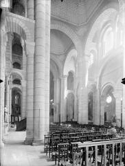 Eglise Saint-Hilaire - Vue intérieure du bas-côté nord et de la nef, vers le sud-est