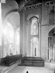 Eglise Saint-Hilaire - Vue intérieure du transept sud, du bas-côté et du choeur, vers l'est