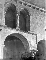 Eglise Saint-Hilaire - Vue intérieure du transept : Arcades géminées du triforium