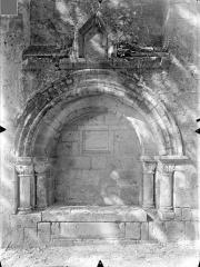 Eglise Saint-Hilaire - Transept sud : Enfeu abritant une dalle funéraire au nom de Constantin
