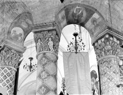 Eglise Sainte-Radegonde - Chapiteaux, colonnes et arcades du déambulatoire