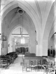 Eglise Saint-Pierre - Vue intérieure de la nef vers l'entrée