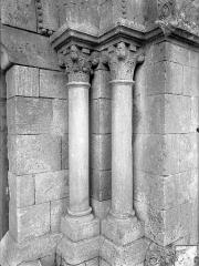 Eglise Saint-Martin - Portail de la façade ouest : Colonnes et chapiteaux, côté droit