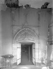 Eglise - Portail d'entrée de la nef, sous porche