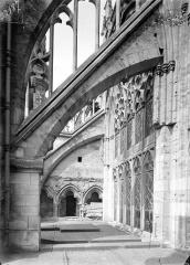 Cathédrale Saint-Cyr et Sainte-Julitte - Façade sud : Arcs-boutants de l'abside et traces du triforium du transept