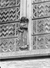 Cathédrale Saint-Cyr et Sainte-Julitte - Abside, côté sud : Statue colonne d'une fenêtre
