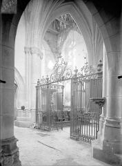 Eglise Saint-Lié - Vue intérieure du transept et de la grille du choeur, vers le nord-est