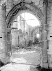 Eglise - Portail de la façade ouest et vue intérieure de la nef vers le choeur