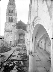 Eglise - Vue intérieure de la nef vers le choeur et clocher