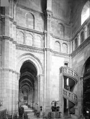 Cathédrale Saint-Lazare - Vue intérieure du transept nord et du bas-côté nord, vers l'ouest
