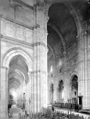 Cathédrale Saint-Lazare - Vue intérieure du transept sud, du bas-côté sud et de la nef, vers le nord-ouest