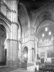 Cathédrale Saint-Lazare - Vue intérieure du transept vers le sud-est