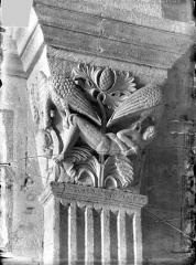 Cathédrale Saint-Lazare - Chapiteau de la nef côté sud, 1ère pile, face est : Saint Vincent protégé par deux aigles