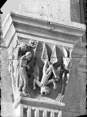 Cathédrale Saint-Lazare - Chapiteau de la nef côté sud, 2ème pile, face est : Chute de Simon le magicien