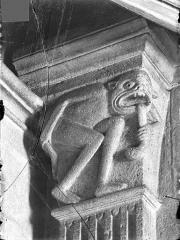 Cathédrale Saint-Lazare - Chapiteau du choeur côté nord, 1ère pile, face est : Babylone ou l'âme pêcheresse
