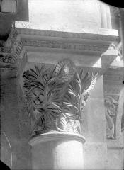 Cathédrale Saint-Vincent - Chapiteau de la nef à décor végétal