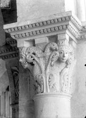 Cathédrale Saint-Vincent - Chapiteau de la nef : Personnages et aigles