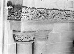 Cathédrale Saint-Vincent - Frise et bases des colonnes romanes dans l'absidiole sud