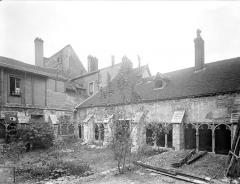 Cloître capitulaire de Saint-Vincent - Cour intérieure : Galeries sud et ouest