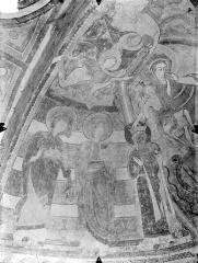 Eglise Notre-Dame - Crypte Saint-Catherine - Peintures murales du choeur (partie nord de l'abside) : Deux saintes portant leur couronne et une troisième recevant la sienne des mains de l'Enfant Jésus