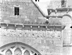 Ancien Hôtel-Dieu - Chapelle Saint-Laurent - Frise sculptée de la façade ouest (partie droite) : Scènes de l'enfance du Christ