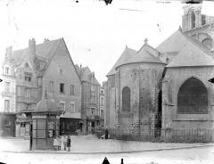 Eglise Notre-Dame-la-Grande - Abside, côté est et vieilles maisons aux abords