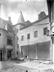 Hôtel Fumey ou Fumé - Cour intérieure : Façade avec galerie au rez-de-chaussée