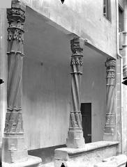 Hôtel Fumey ou Fumé - Cour intérieure : Colonnes de la galerie du rez-de-chaussée
