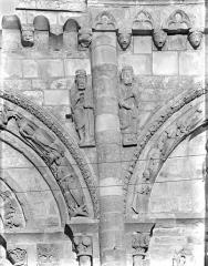 Eglise Saint-Nicolas - Façade ouest : Statues des écoinçons situés entre la baie centrale et la baie sud du 1er étage