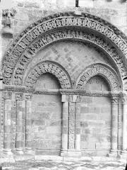 Eglise Saint-Nicolas - Façade ouest : Arcature nord du rez-de-chaussée