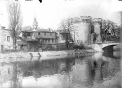 Porte Chaussée (porte et passage entre deux tours) - Vue générale : La Porte Chaussée sur la Meuse