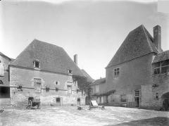 Château de la Motte-Josserand - Cour intérieure, côté nord