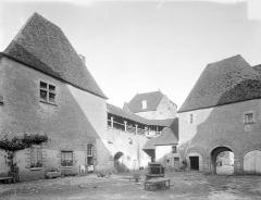 Château de la Motte-Josserand - Cour intérieure, côté est