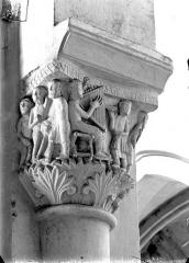 Eglise Saint-Pierre - Chapiteau du bas-côté sud : Joueur de cithare