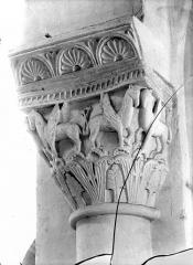 Eglise Saint-Pierre - Chapiteau : Animaux fantastiques