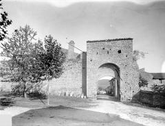 Fortifications (restes) - Porte Saint-Mayeul : Vue d'ensemble extra-muros