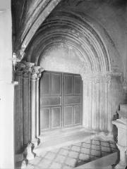 Ancienne abbaye Saint-Philibert - Eglise - Façade sud : Portail ouvrant sur le cloître