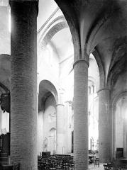 Ancienne abbaye Saint-Philibert - Eglise - Vue intérieure du bas-côté sud et de la nef, vers le nord-est