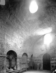 Ancienne abbaye Saint-Philibert - Chauffoir (salle voûtée adossée au mur sud du narthex et communiquant avec le cloître) - Vue intérieure