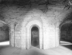 Ancienne abbaye Saint-Philibert - Eglise - Vue intérieure de la crypte : Tournant du déambulatoire et entrée du martyrium