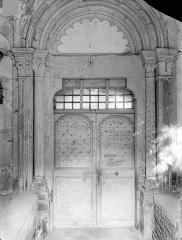 Prieuré - Eglise : Portail du porche ouest (porte d'entrée de la nef des moniales)